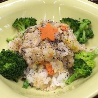 白米を入れて季節の野菜とゴマを振りかけました
